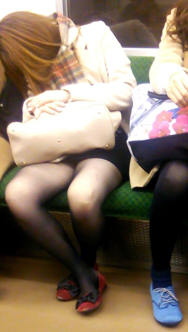 電車内って視線を低くするだけでパンチラ天国だろ!!!パンツモロ見え隠し撮りwwww 1638