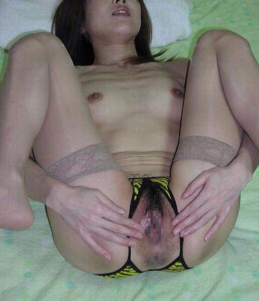パンティのクロッチに穴開いてるヤツエロ過ぎだろwww穴あきパンツから覗く熟年女性のオマンコwww 17364