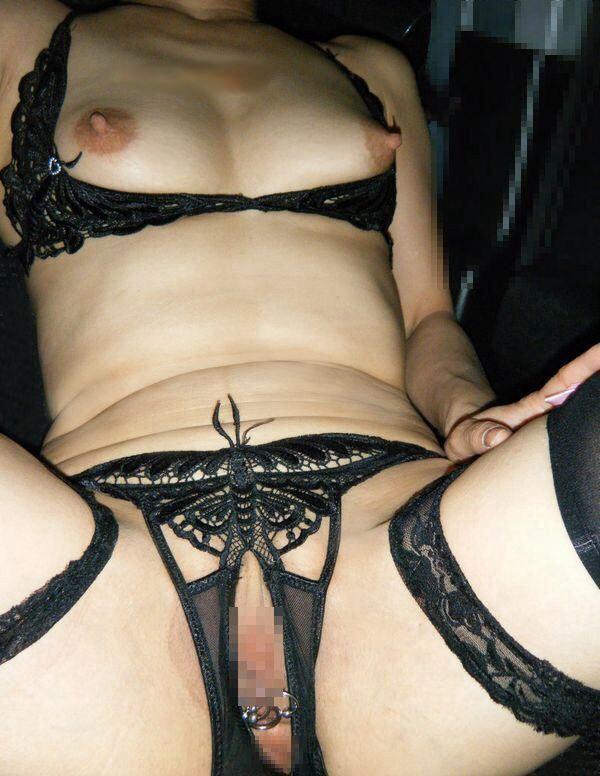 パンティのクロッチに穴開いてるヤツエロ過ぎだろwww穴あきパンツから覗く熟年女性のオマンコwww 17379