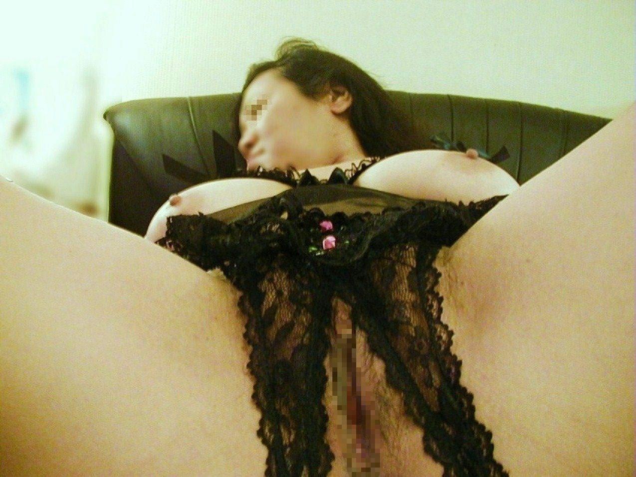 パンティのクロッチに穴開いてるヤツエロ過ぎだろwww穴あきパンツから覗く熟年女性のオマンコwww 17400