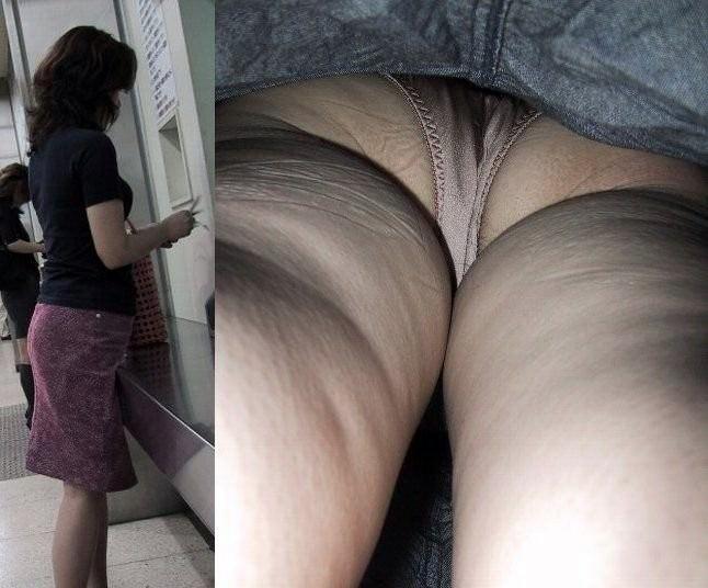昼間にスーパーで買物中の人妻をこっそり付けてパンモロ画像を逆さ撮りwww 17472