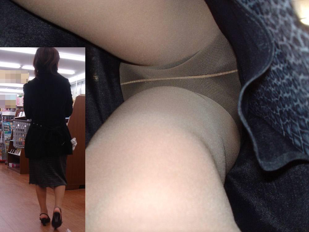 昼間にスーパーで買物中の人妻をこっそり付けてパンモロ画像を逆さ撮りwww 17489