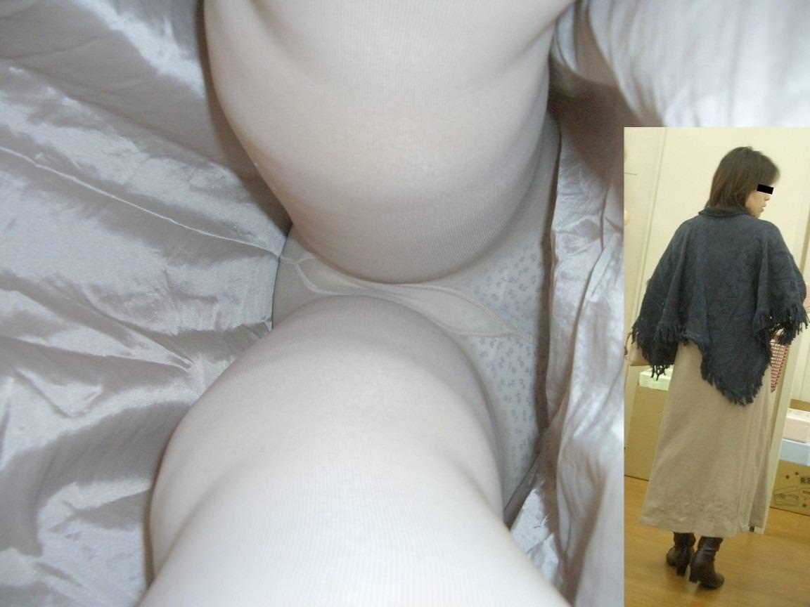 昼間にスーパーで買物中の人妻をこっそり付けてパンモロ画像を逆さ撮りwww 17492