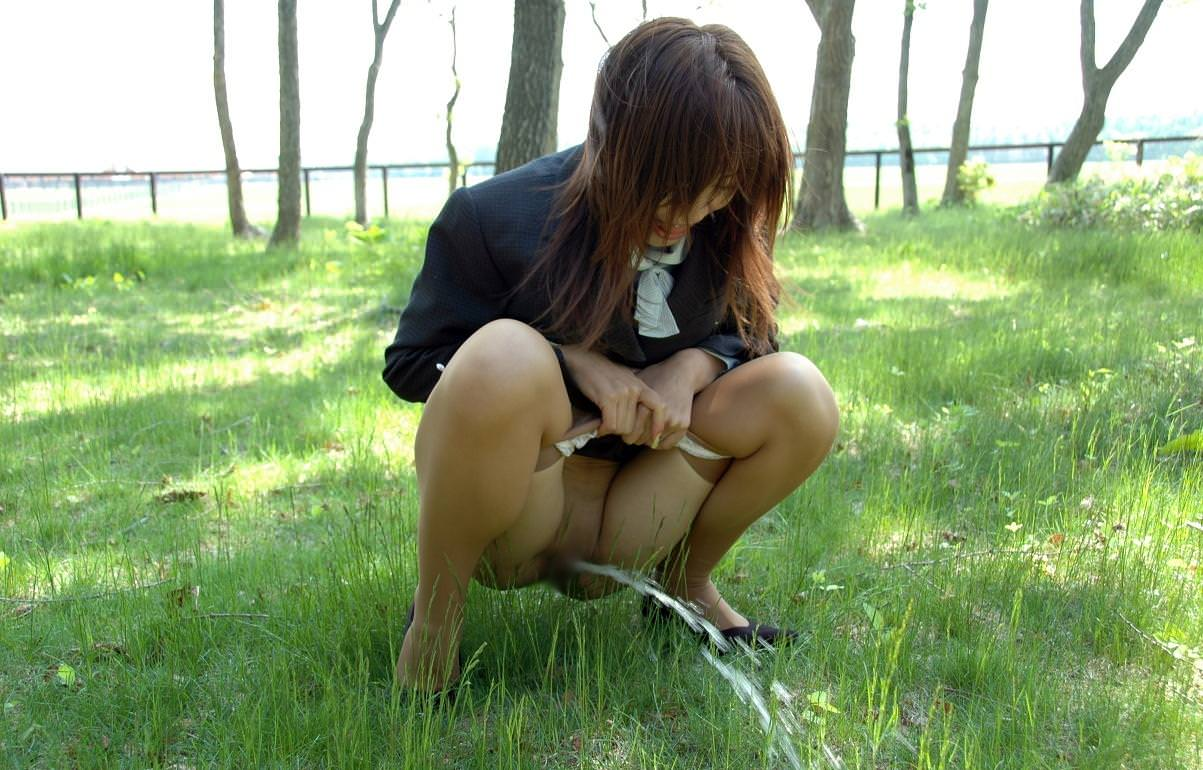 可愛い女性の恥ずかしいオシッコ放尿シーンwwwwwwwwww 17501