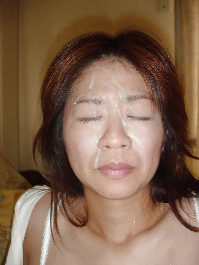 不本意だけど彼氏のためなら・・・彼女の顔に臭いザーメン大量顔射www 17554