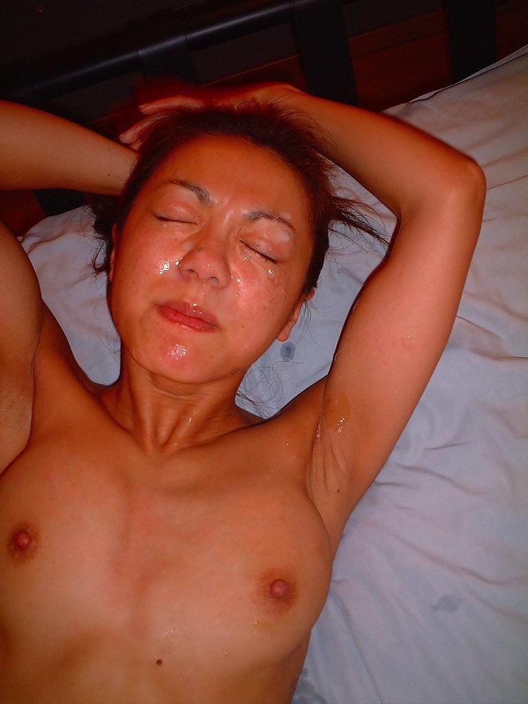 不本意だけど彼氏のためなら・・・彼女の顔に臭いザーメン大量顔射www 17558