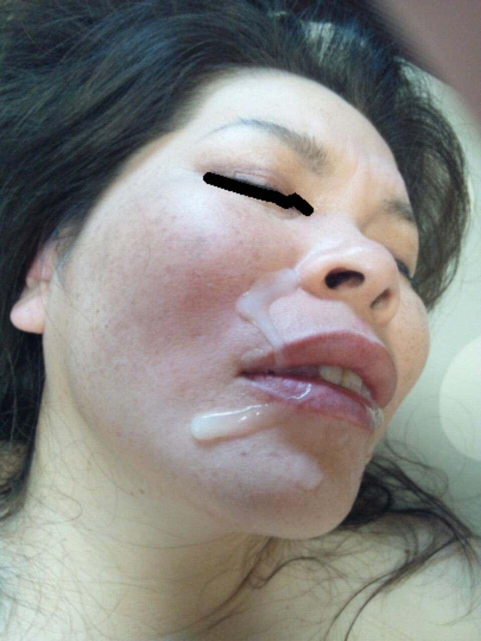 不本意だけど彼氏のためなら・・・彼女の顔に臭いザーメン大量顔射www 17559