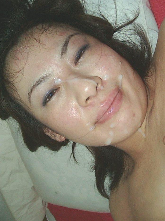 不本意だけど彼氏のためなら・・・彼女の顔に臭いザーメン大量顔射www 17561