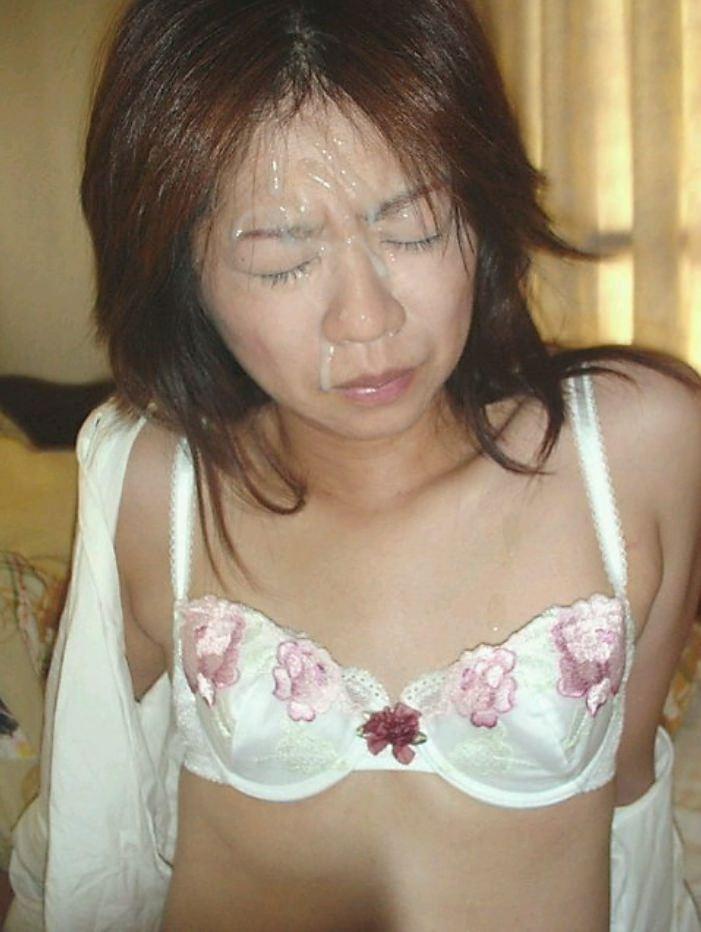 不本意だけど彼氏のためなら・・・彼女の顔に臭いザーメン大量顔射www 17563