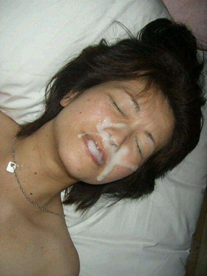 不本意だけど彼氏のためなら・・・彼女の顔に臭いザーメン大量顔射www 17564