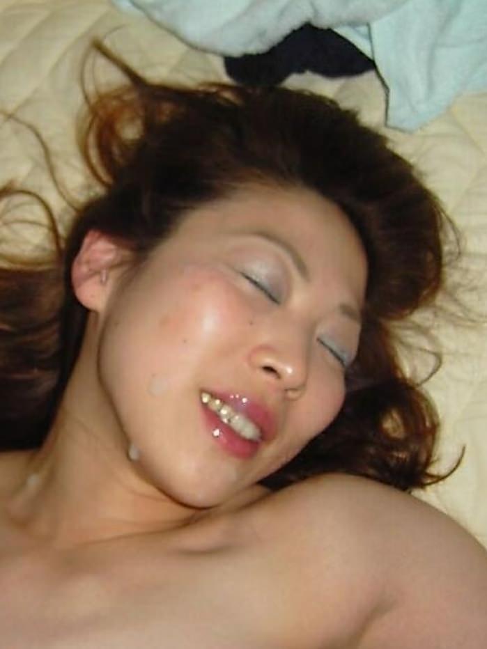 不本意だけど彼氏のためなら・・・彼女の顔に臭いザーメン大量顔射www 17565