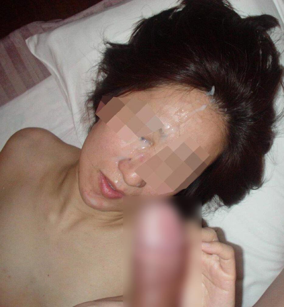 不本意だけど彼氏のためなら・・・彼女の顔に臭いザーメン大量顔射www 17569