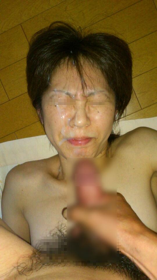 不本意だけど彼氏のためなら・・・彼女の顔に臭いザーメン大量顔射www 17570