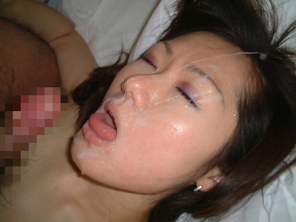 不本意だけど彼氏のためなら・・・彼女の顔に臭いザーメン大量顔射www 17586