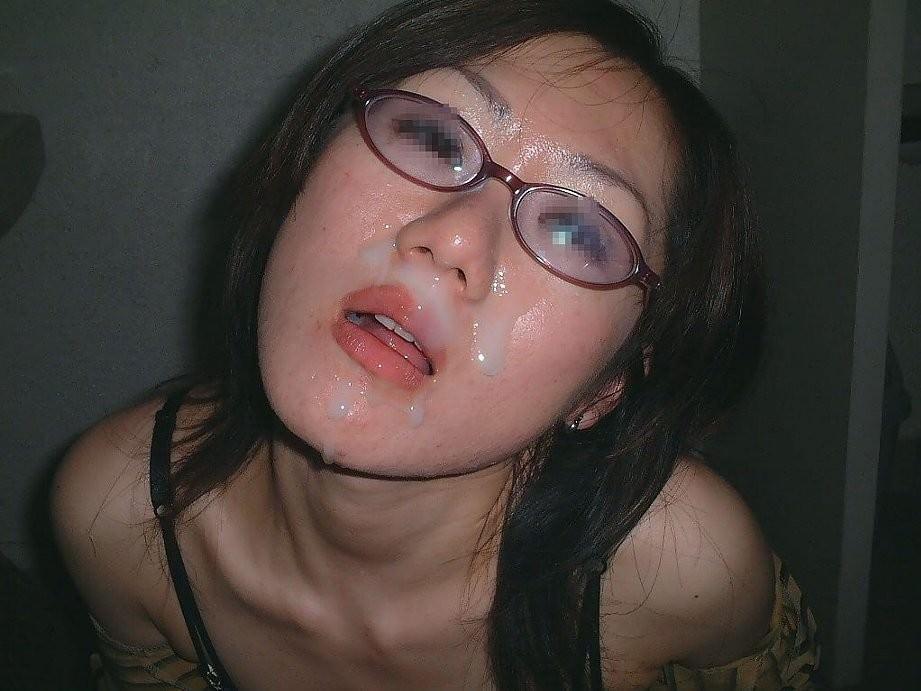 不本意だけど彼氏のためなら・・・彼女の顔に臭いザーメン大量顔射www 17587