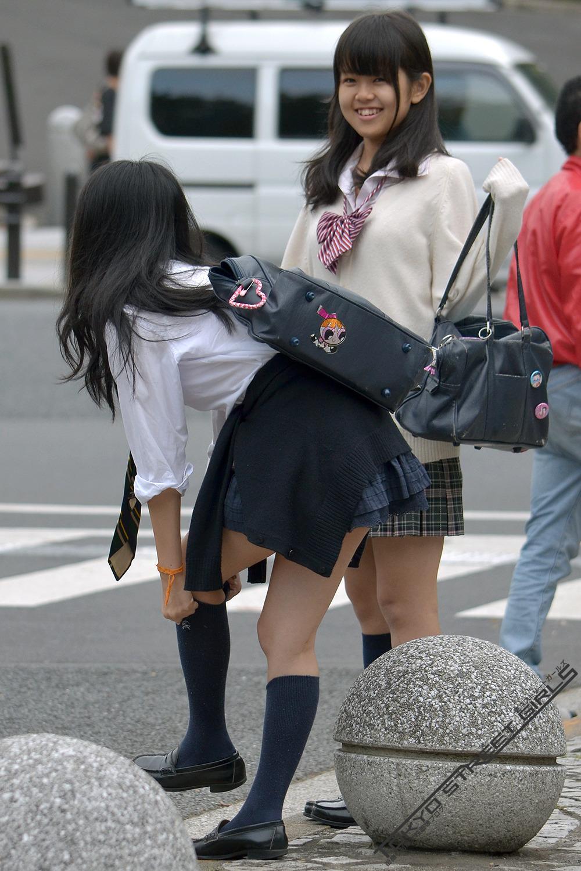 同じ女子高生をバレずに執拗に数枚撮り続けるwwwwwwwww 4cQPM2q