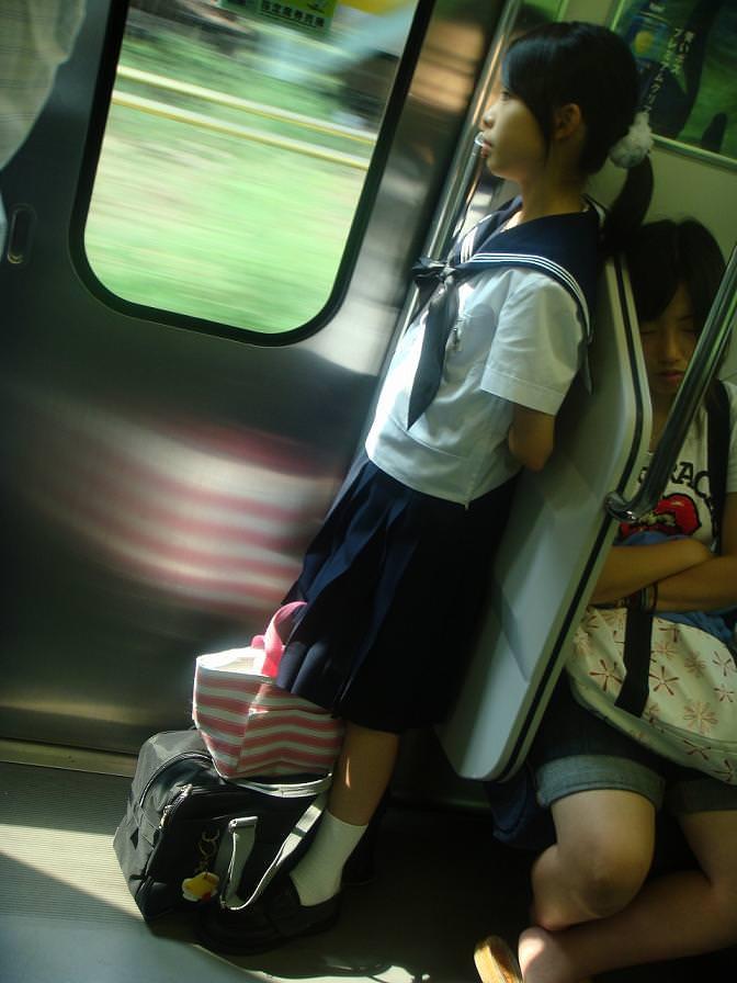 【悲報】昼間っから隠れてイチャつく高校生カップルが目撃されるwwwwwwwww IUS0Yq6