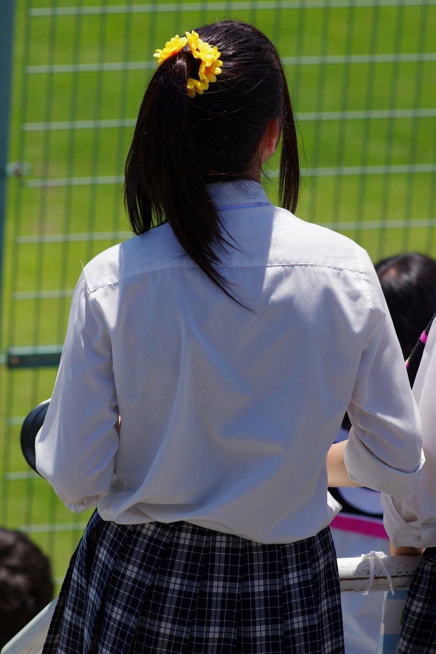 制服を着てるロリ中学生が背徳感でチンポがビンビンになるルーズソックスの画像