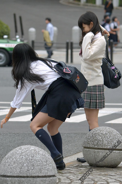 同じ女子高生をバレずに執拗に数枚撮り続けるwwwwwwwww NbMGF9T