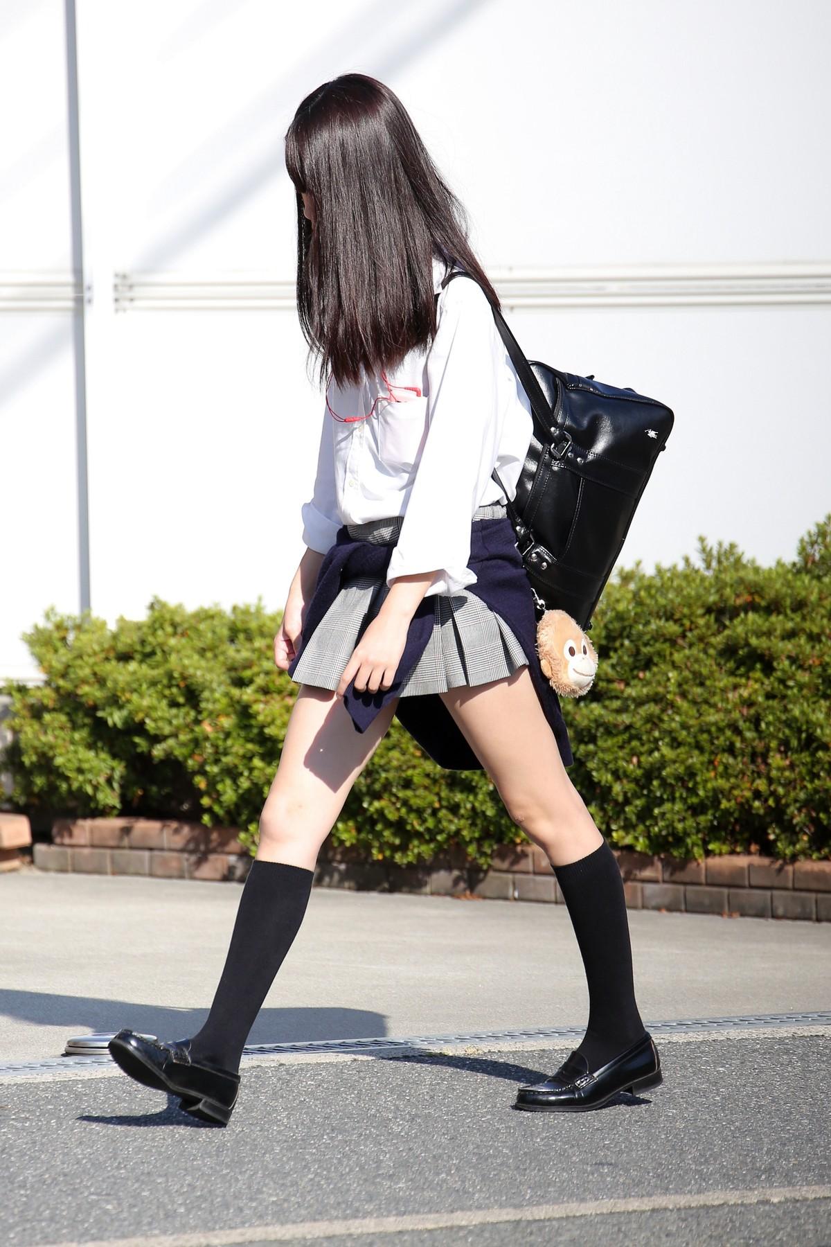 こんなJK達と手を繋いで通学する青春を送りたかった陰キャの妄想街撮り画像wwwwwwww Y7ilV48