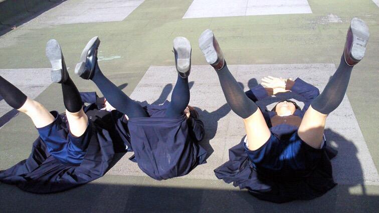 制服スカートのJS小学生がムチムチの太ももと膝裏がめっちゃそそる生足の画像