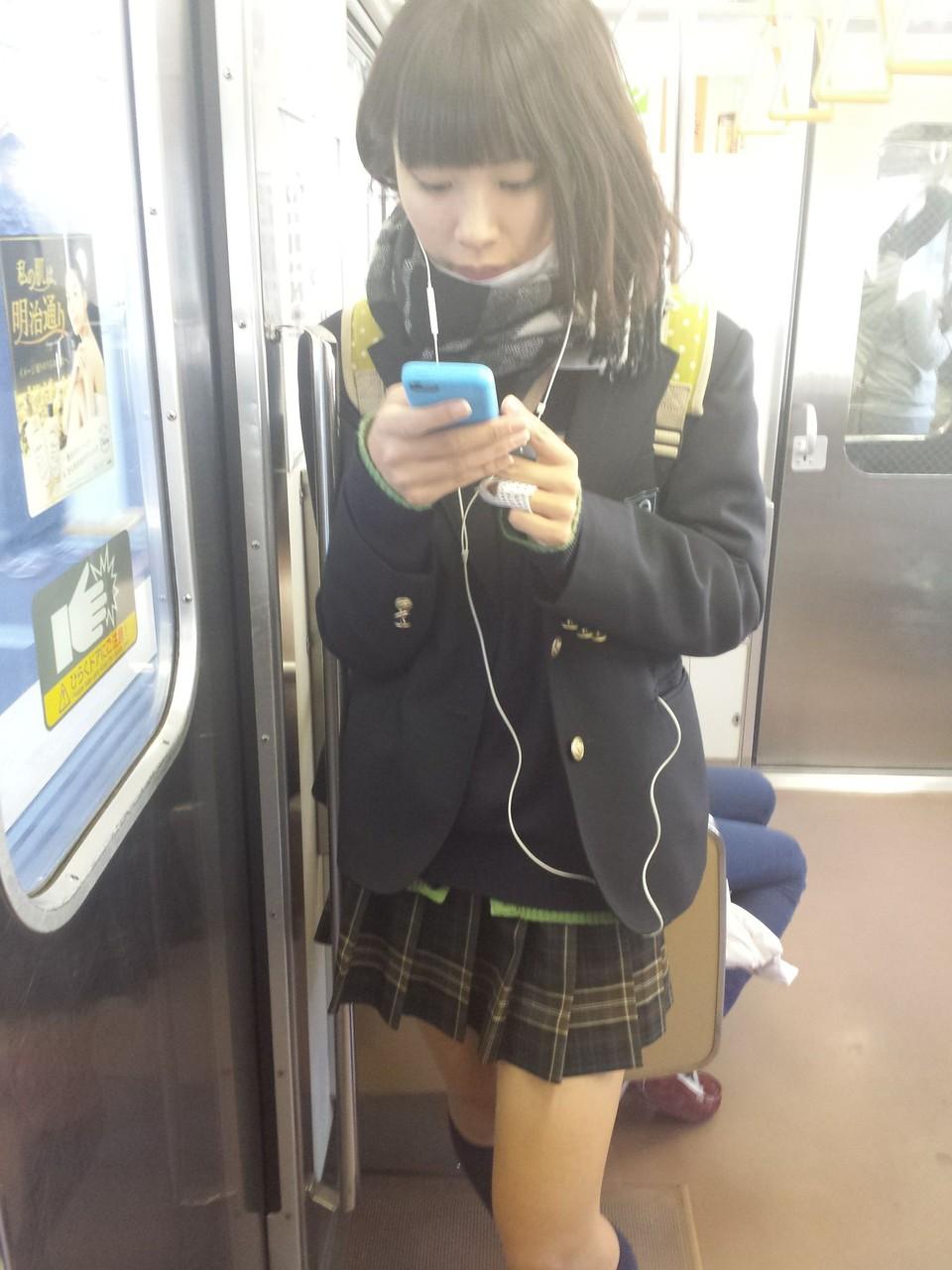 同じ女子高生をバレずに執拗に数枚撮り続けるwwwwwwwww qYjz2nW