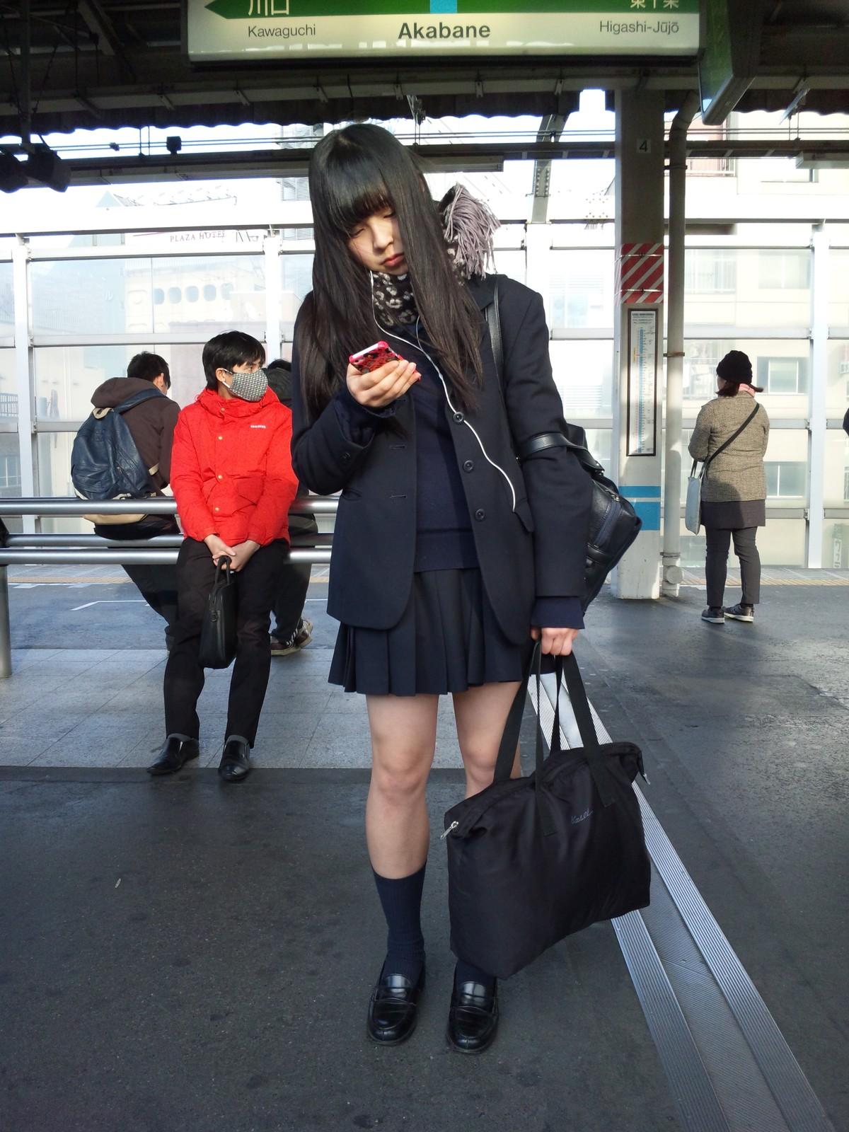 同じ女子高生をバレずに執拗に数枚撮り続けるwwwwwwwww yuGN3HS