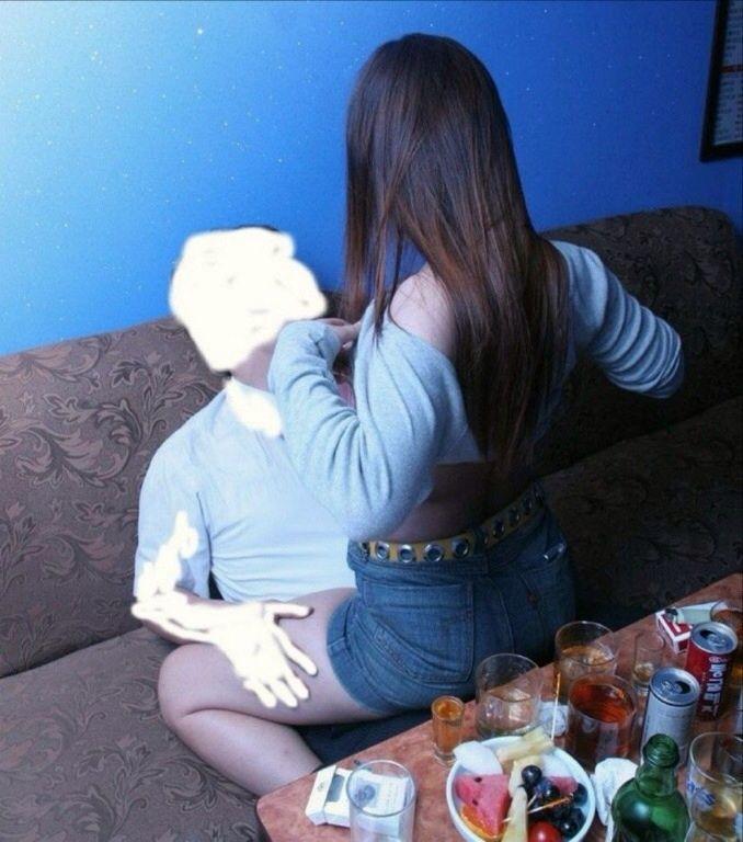 カラオケBOXでセックスやらフェラやら性行為してる素人カップルのエロ画像wwwwwwwwwwww 1204