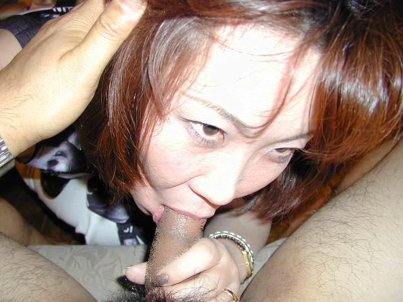 ワイの肉鉄砲の奥さんに頬張らせるwww熟女のねっちょりフェラチオ画像www 1339
