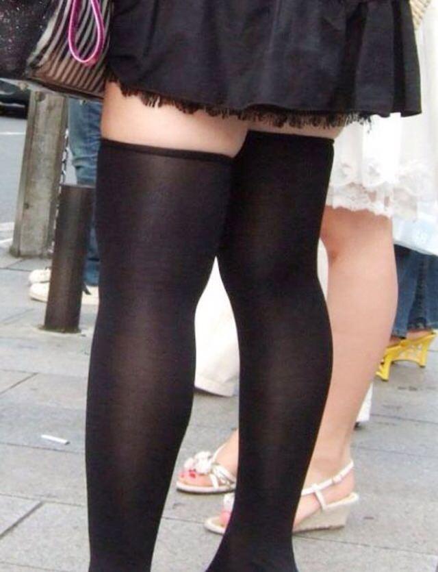 エッチな黒ニーソ履いたの女の子を街撮りしたエロ画像wwwww 1803