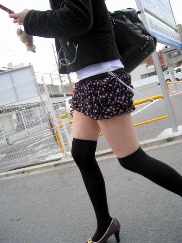 エッチな黒ニーソ履いたの女の子を街撮りしたエロ画像wwwww 1813