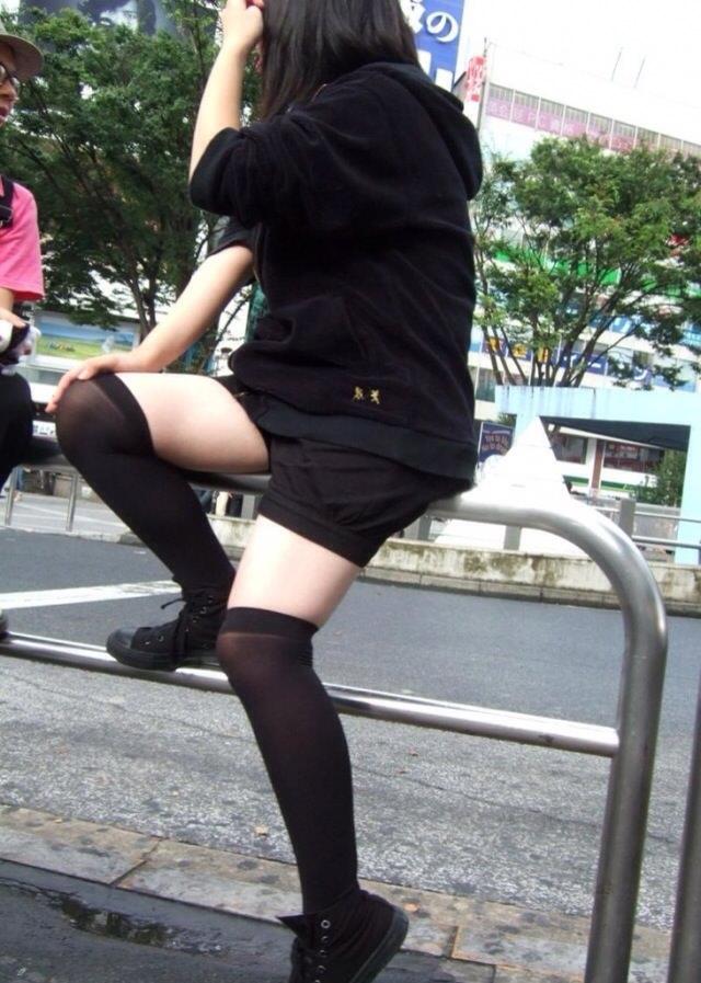 エッチな黒ニーソ履いたの女の子を街撮りしたエロ画像wwwww 1821