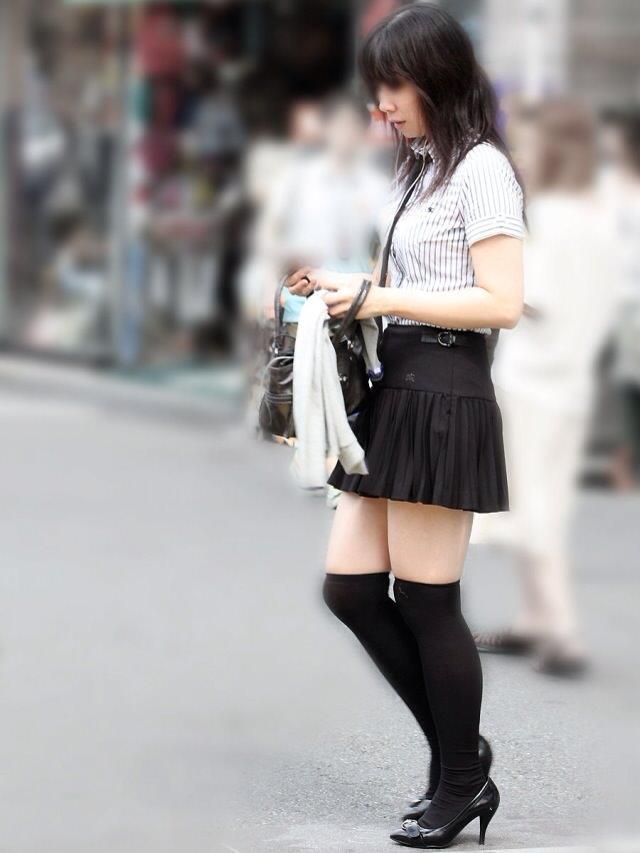 エッチな黒ニーソ履いたの女の子を街撮りしたエロ画像wwwww 1825