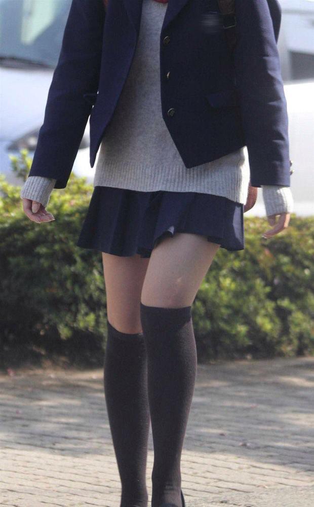 エッチな黒ニーソ履いたの女の子を街撮りしたエロ画像wwwww 1850