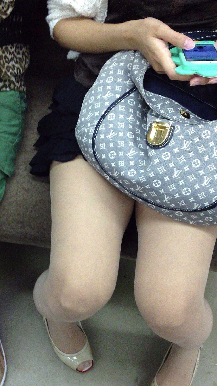 電車のイスに座るお姉さんの生足ゲットwwwプリプリの太ももがエロいwww 2144