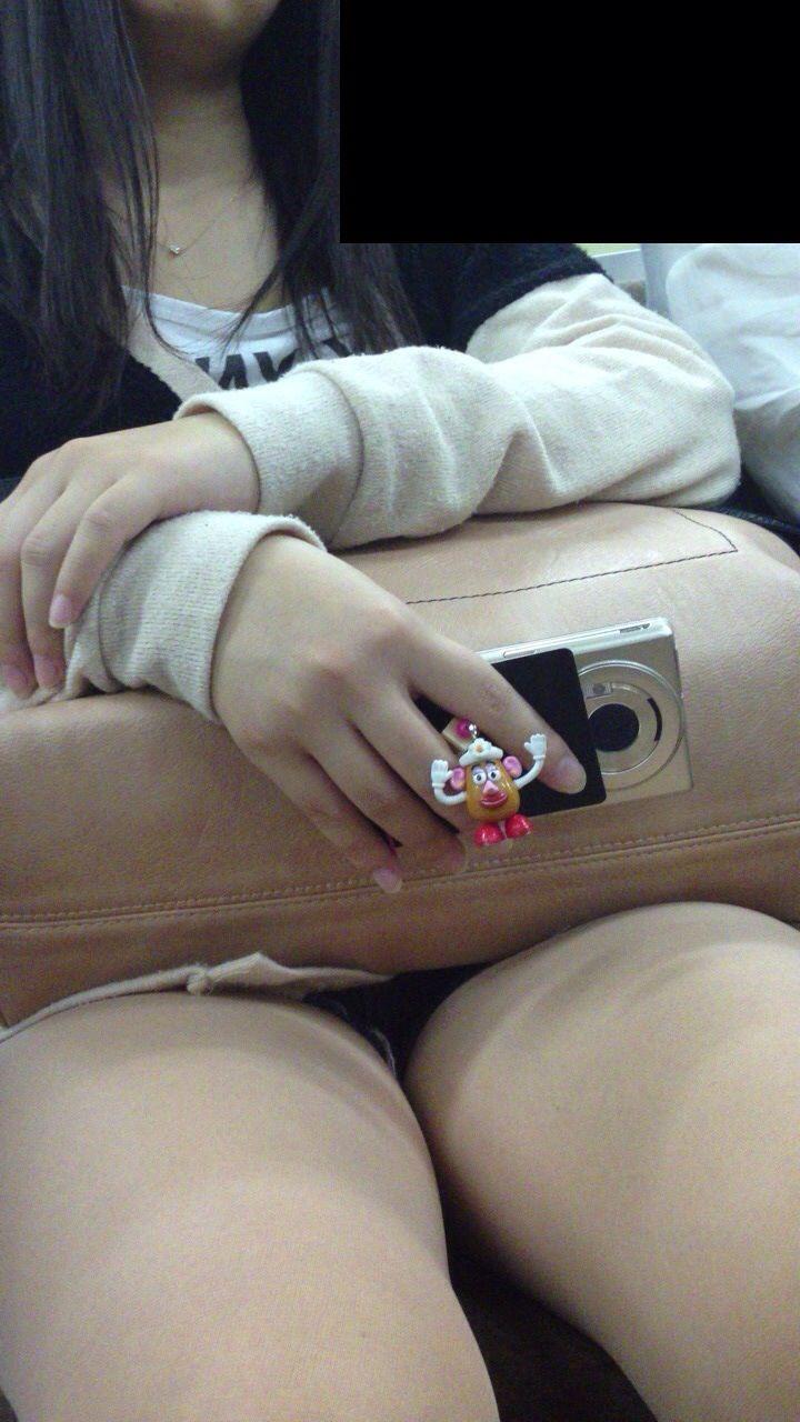 電車のイスに座るお姉さんの生足ゲットwwwプリプリの太ももがエロいwww 2147