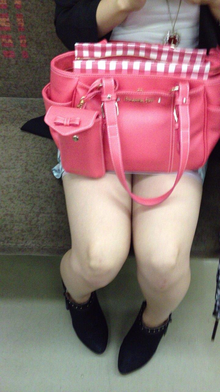 電車のイスに座るお姉さんの生足ゲットwwwプリプリの太ももがエロいwww 2149