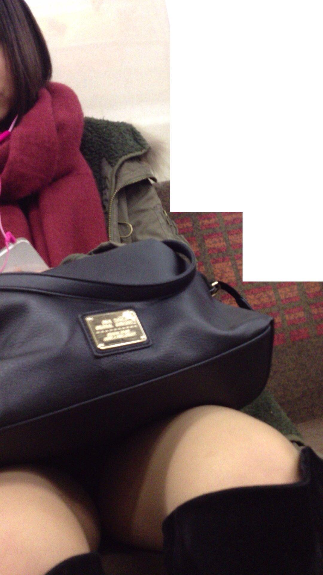 電車のイスに座るお姉さんの生足ゲットwwwプリプリの太ももがエロいwww 2152