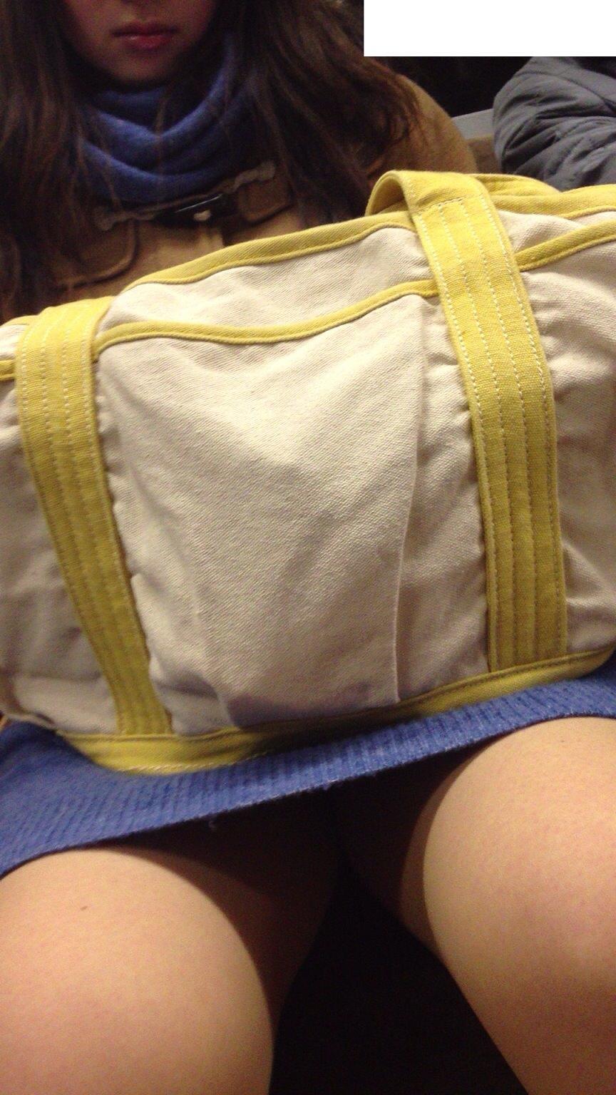 電車のイスに座るお姉さんの生足ゲットwwwプリプリの太ももがエロいwww 2158