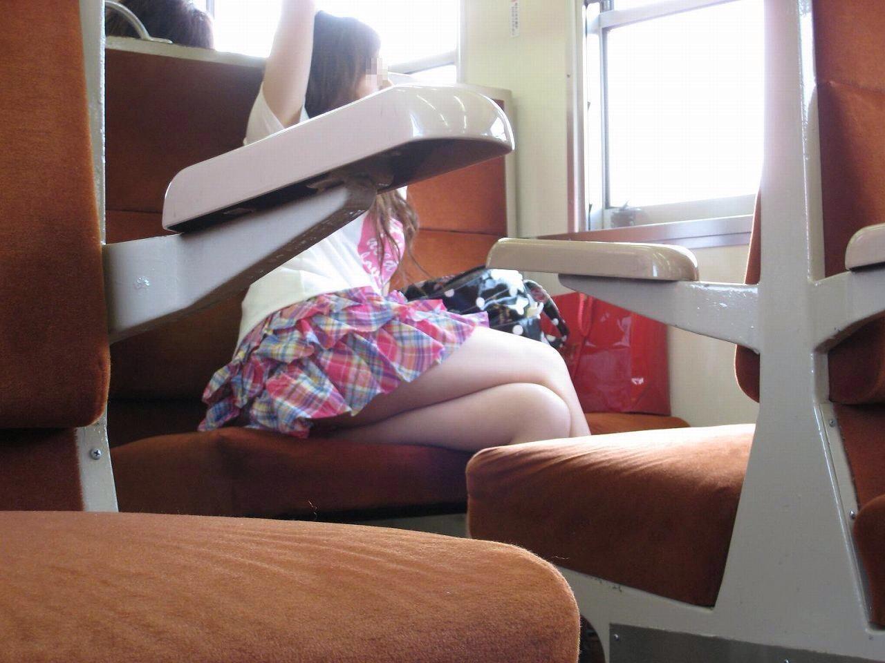 電車のイスに座るお姉さんの生足ゲットwwwプリプリの太ももがエロいwww 2163