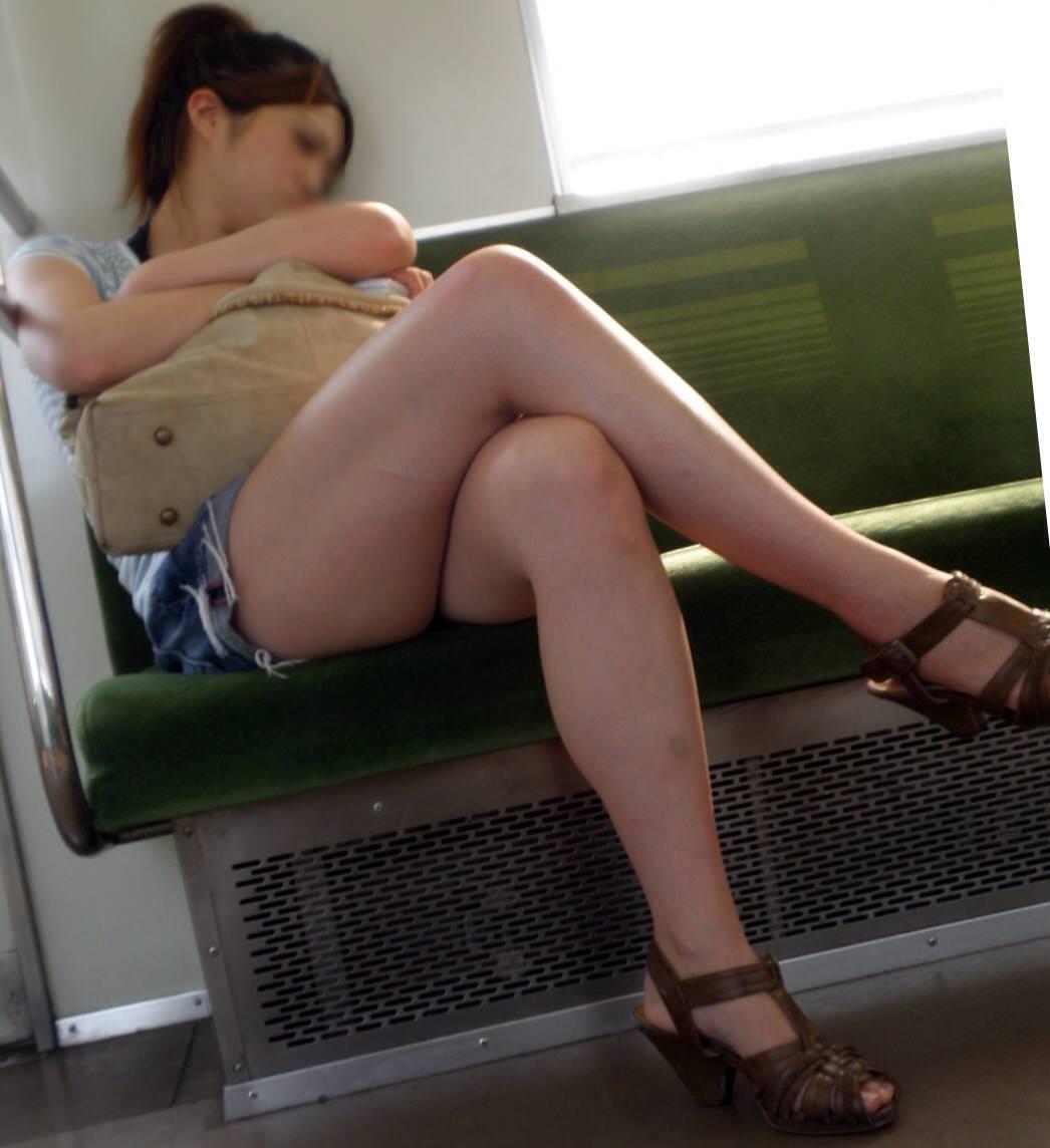 電車のイスに座るお姉さんの生足ゲットwwwプリプリの太ももがエロいwww 2167