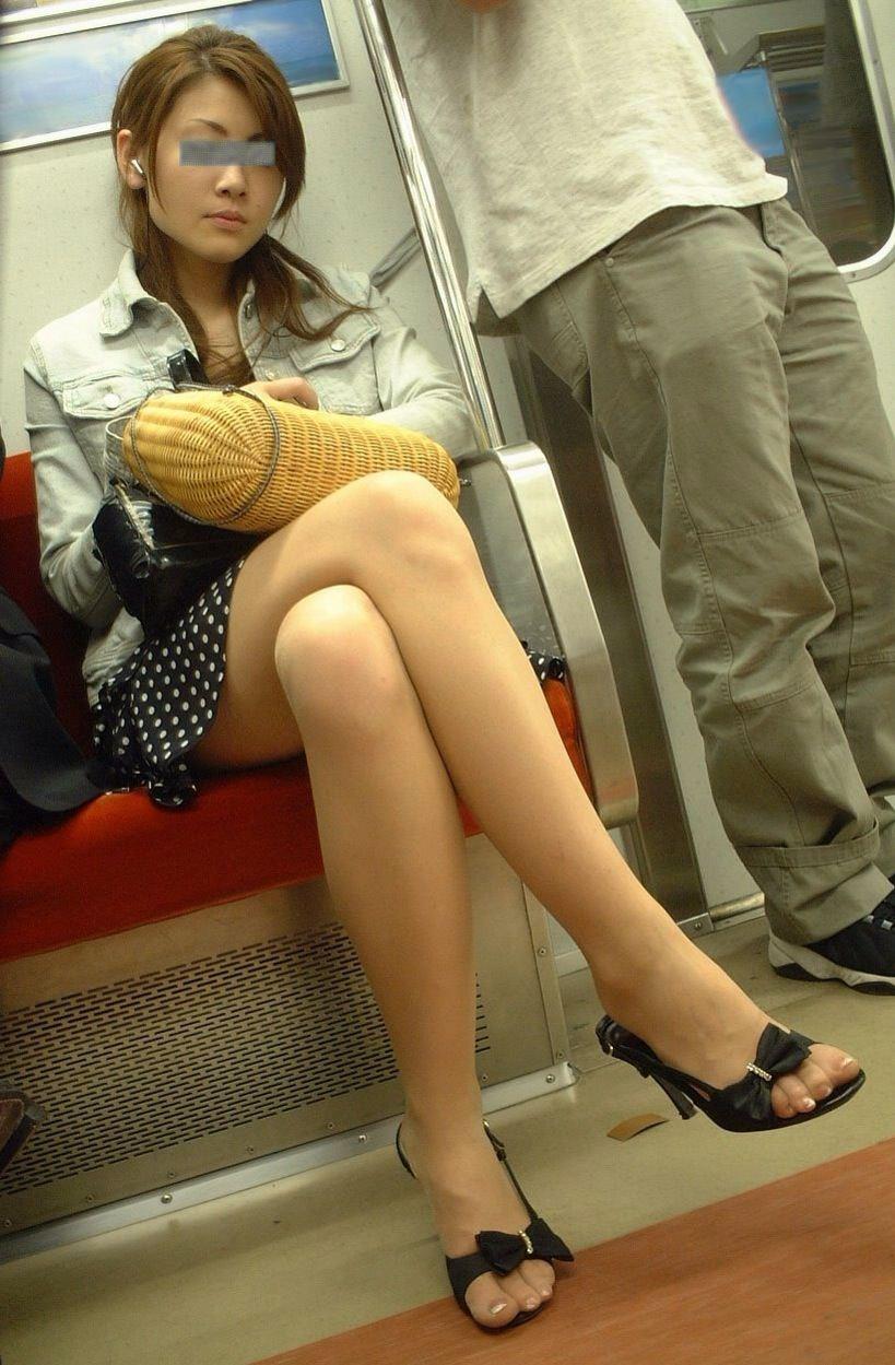 電車のイスに座るお姉さんの生足ゲットwwwプリプリの太ももがエロいwww 2169