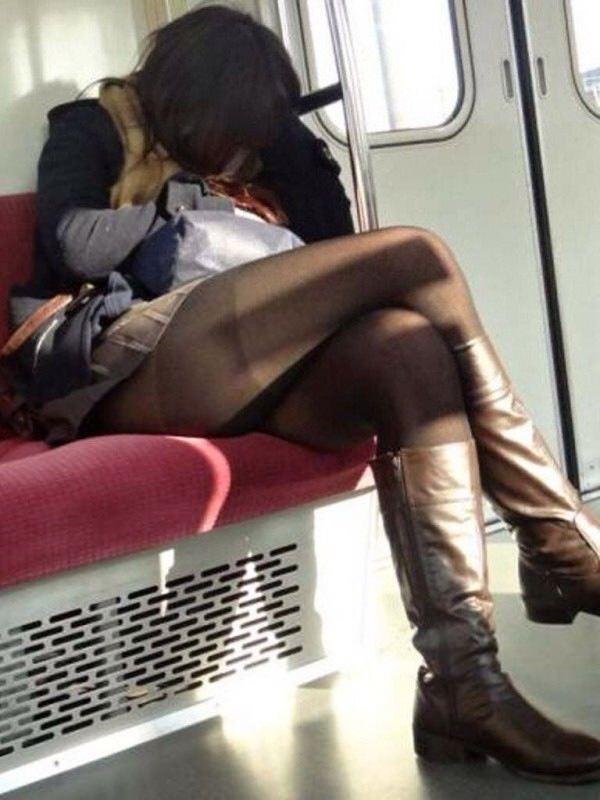 電車のイスに座るお姉さんの生足ゲットwwwプリプリの太ももがエロいwww 2172