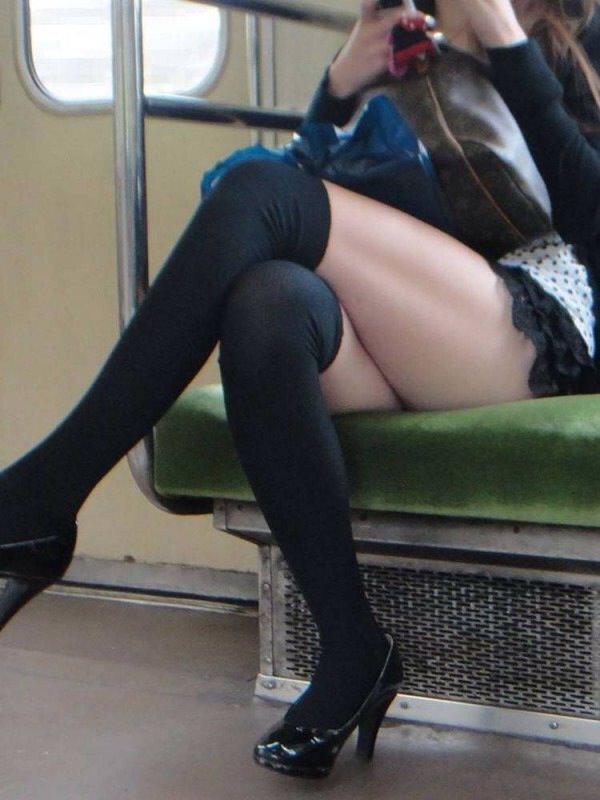 電車のイスに座るお姉さんの生足ゲットwwwプリプリの太ももがエロいwww 2174
