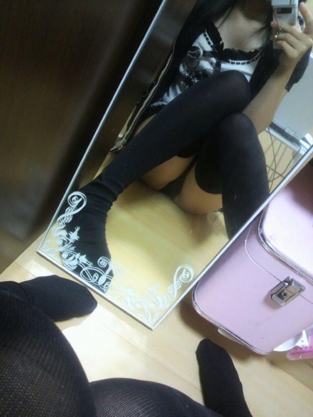 変態女子が自撮りで黒ニーソックス晒してるwww何故か可愛い子ばかりで草www 2516