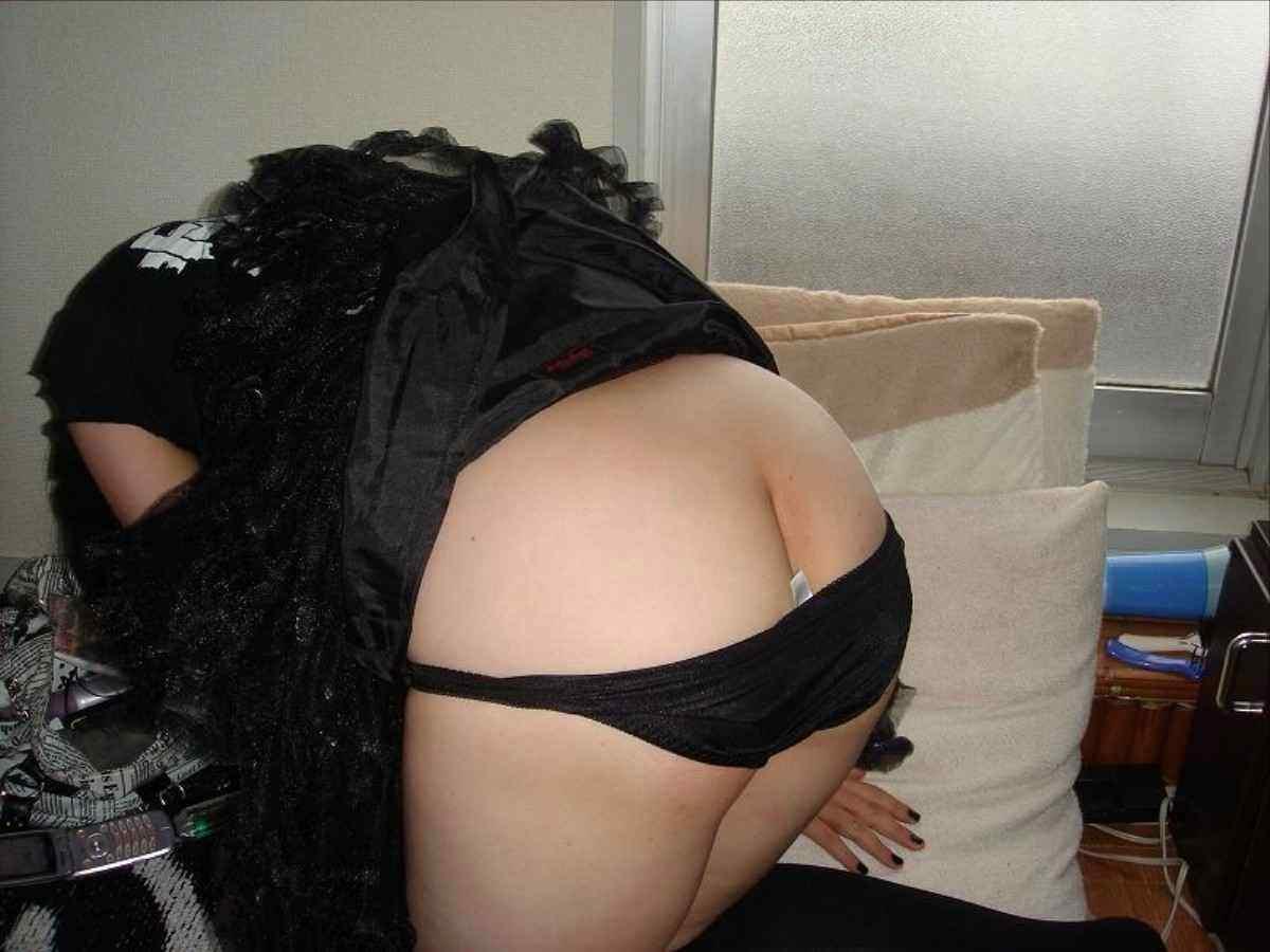 寝てる嫁の服を脱がしてイタズラしたったwwwお前ら、丸出しのお尻評価してくれwww 2710