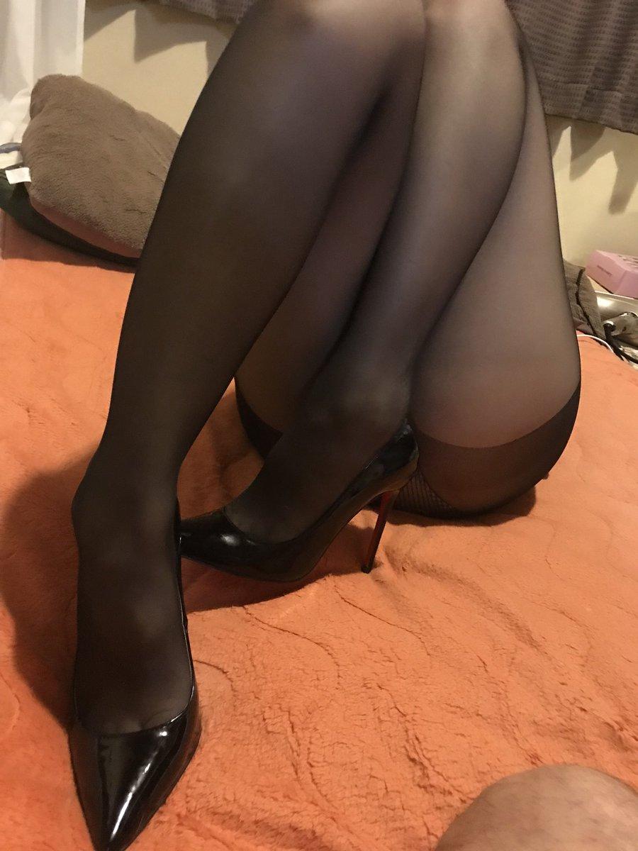 お姉さんが履くストッキングは黒とベージュどっちが好き?????? DXotGllV4AABfj8