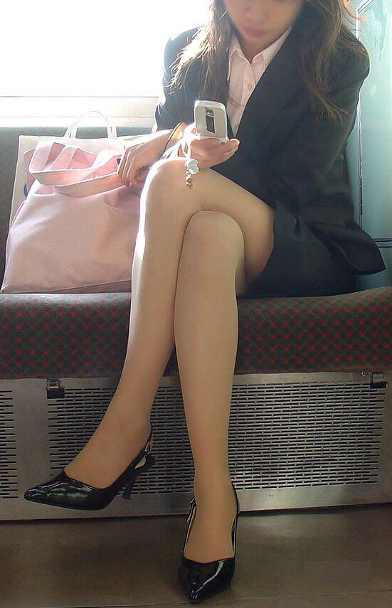 お姉さんが履くストッキングは黒とベージュどっちが好き?????? I9U6vys