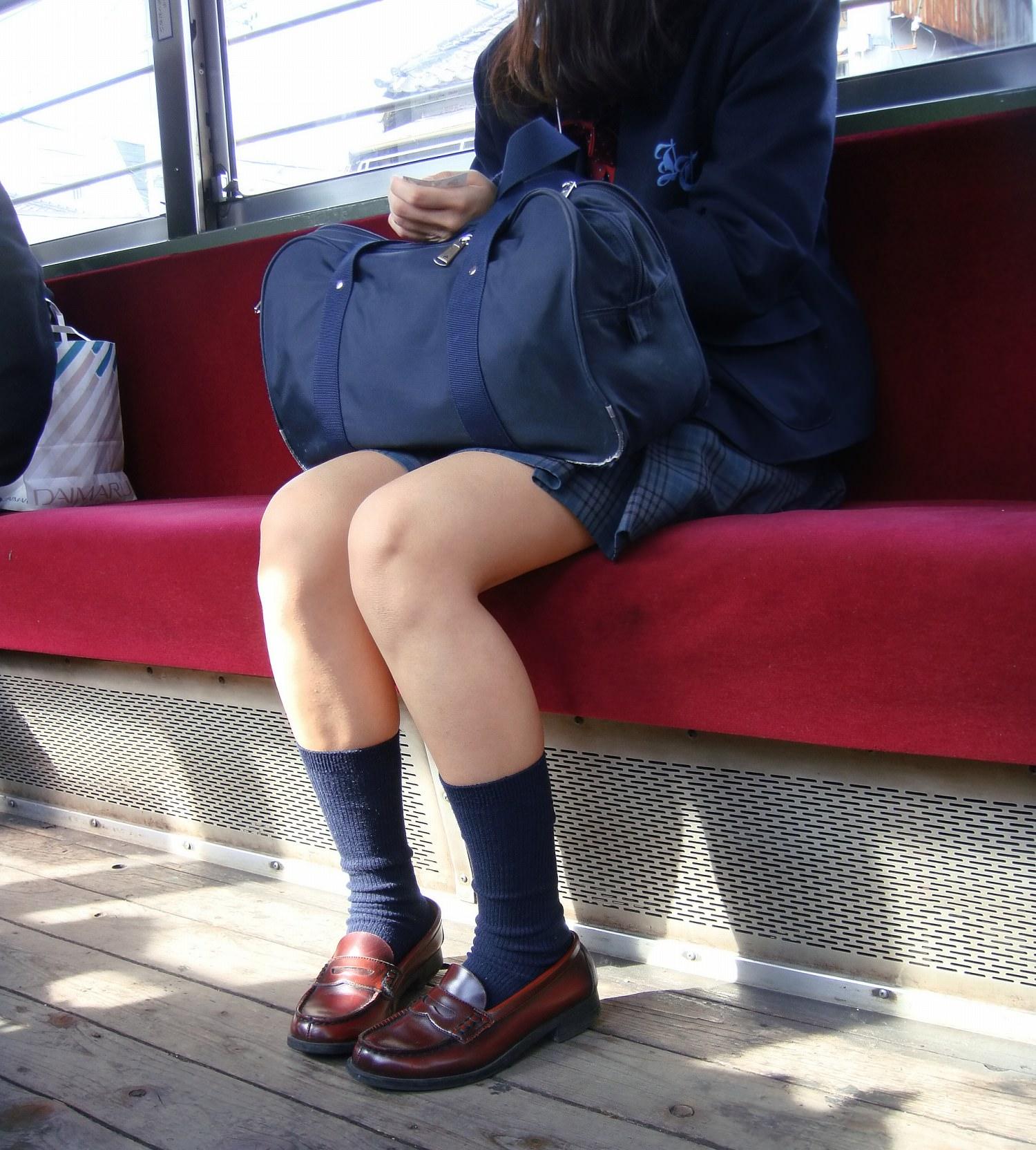 電車内のJKはエロい!!!おパンチュ見えてるか確かめたくなる際どいパンチラ画像 stk8lcT