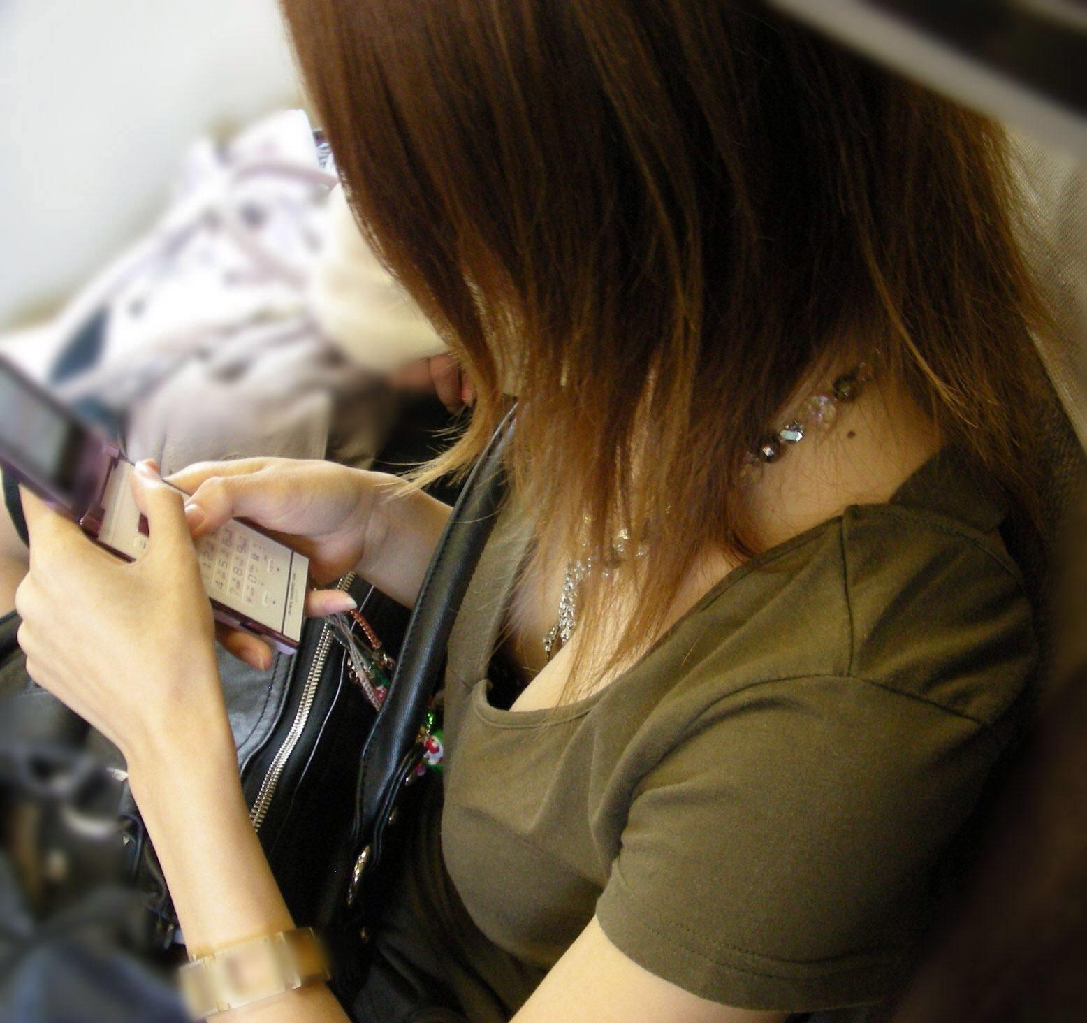 これからの時期胸チラおっぱい見放題www素人の柔らかそうな乳房にテント不可避www 01135